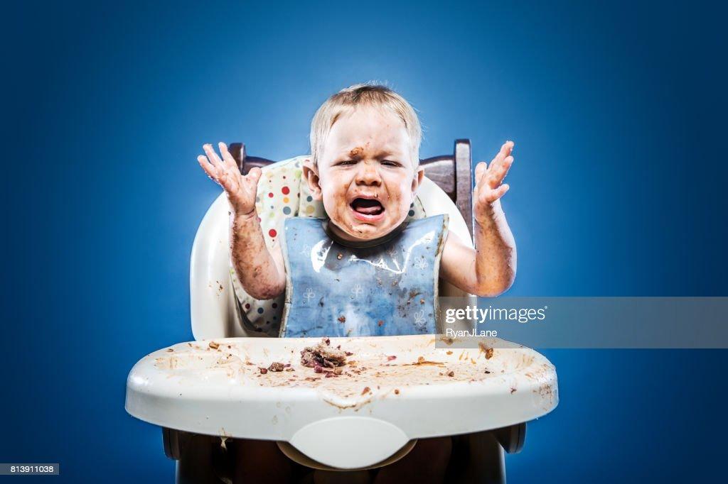 食品で覆われたかわいい厄介な赤ちゃん : ストックフォト