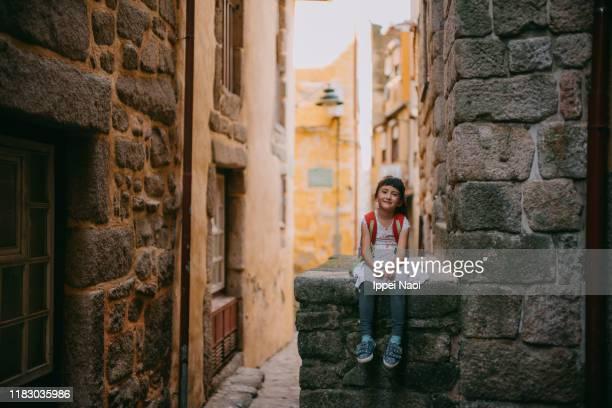 cute preschool girl in backstreet alley of porto, portugal - distrito histórico fotografías e imágenes de stock