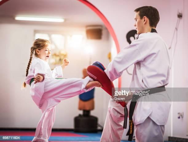 テコンドーのかわいい幼稚園女の子 - 格闘技 ストックフォトと画像