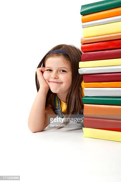 Mignon bébé fille avec une pile de livres