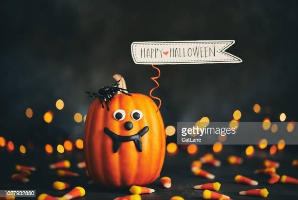 Niedliche Kürbis Charakter mit handgefertigten Ausdruck und Happy Halloween Zeichen