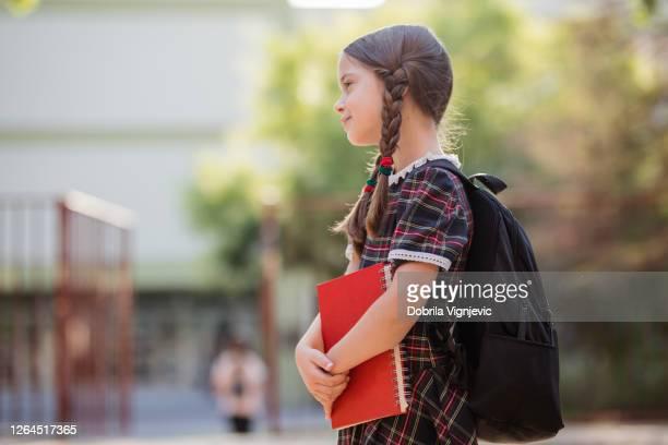 bonita chica de la escuela con un libro al aire libre - cerebro humano fotografías e imágenes de stock