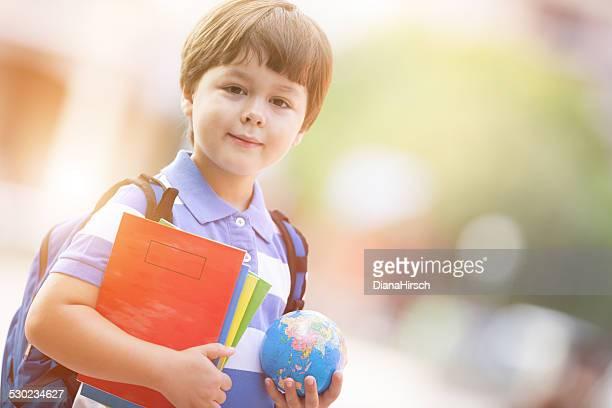 Süße Schuljungen auf dem Schulhof Mit Schulsachen