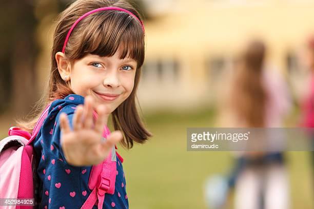 Süße Schulmädchen-in vor der Schule