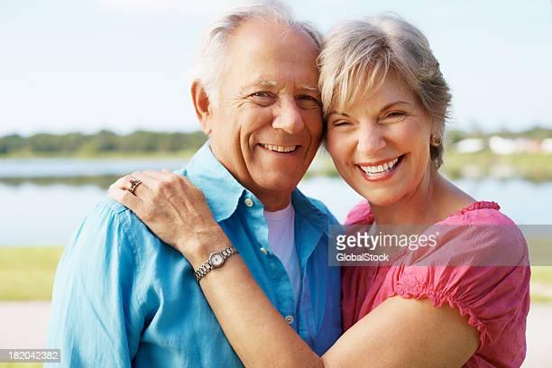 bonito sênior casal em pé juntos - 60 64 anos - fotografias e filmes do acervo