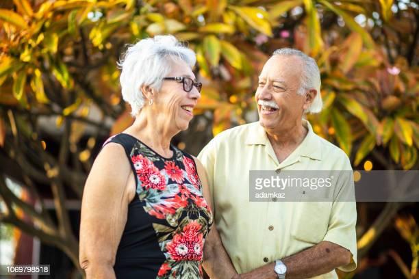 leuk senior mexicaanse paar samen nemen van foto 's - nosotroscollection stockfoto's en -beelden
