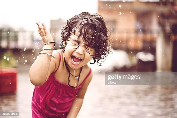 Niedliche kleine Mädchen bei Regen