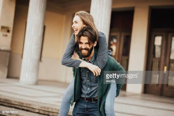 かわいい笑顔のカップルが楽しんで