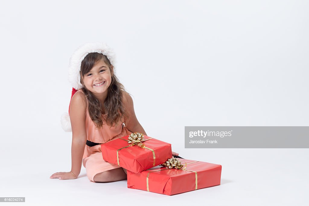 Cute smiling little girl in a Santa hat : Bildbanksbilder