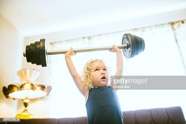 かわいい強い女の子ウェイトリフティング - kids weightlifting ストックフォトと画像