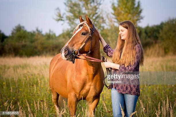 Engraçado Menina adolescente e seu cavalo