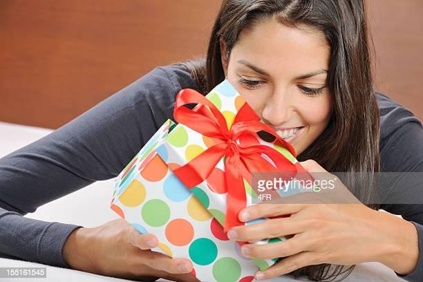 Süße Teenager öffnen ein Geschenk (XXXL