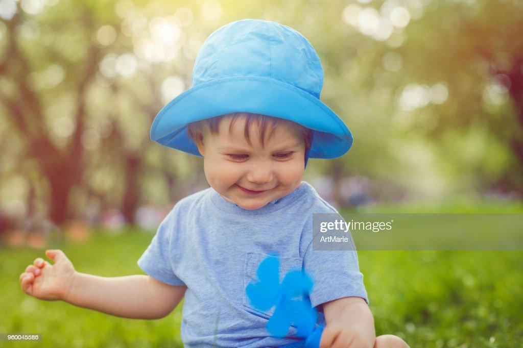 Niedlichen Kleinkind warmen Sommertag zu genießen : Stock-Foto