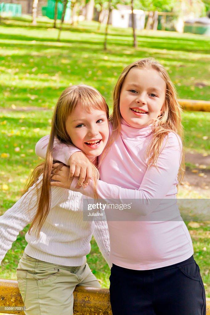 Linda dos niñas jugando : Foto de stock