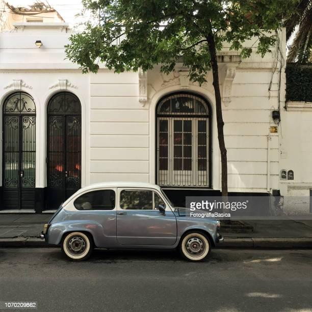 schattig vintage auto geparkeerd in de straat - buenos aires stockfoto's en -beelden