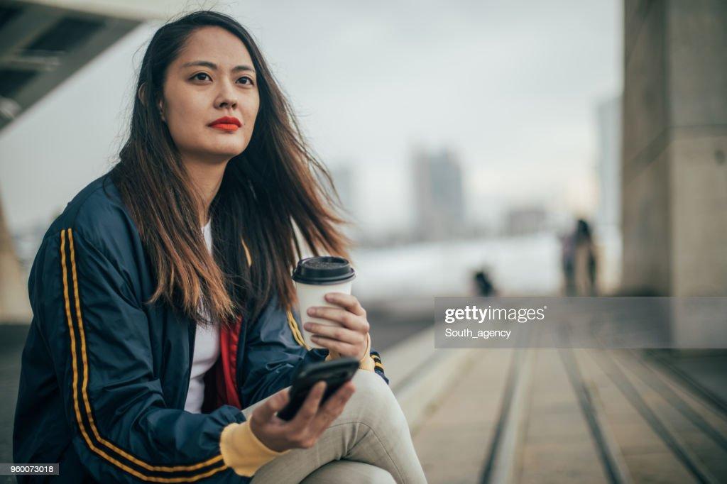 Nette Frau auf Kaffeepause : Stock-Foto
