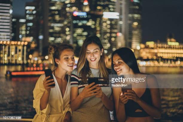 mensagens de texto bonito mulheres - sorriso aberto - fotografias e filmes do acervo