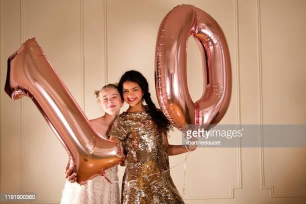 """10歳の誕生日に風船を持っているかわいい若い女の子。 - """"martine doucet"""" or martinedoucet ストックフォトと画像"""