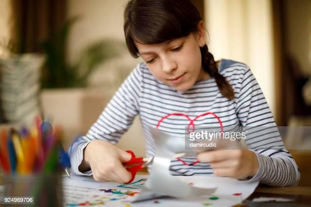 創造的な芸術や工芸品のプロジェクトに取り組んでいるかわいい若い十代の少女
