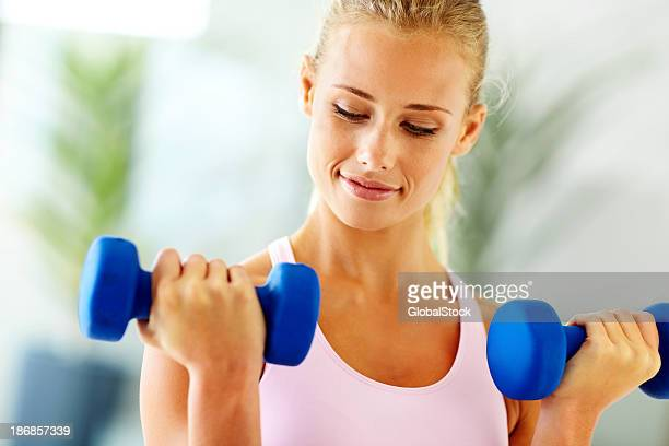Süße Junge Frau Gewichte