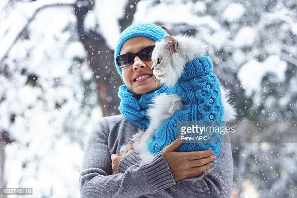 cutest best friends ever: beautiful woman and her cat - purebred cat stock pictures, royalty-free photos & images