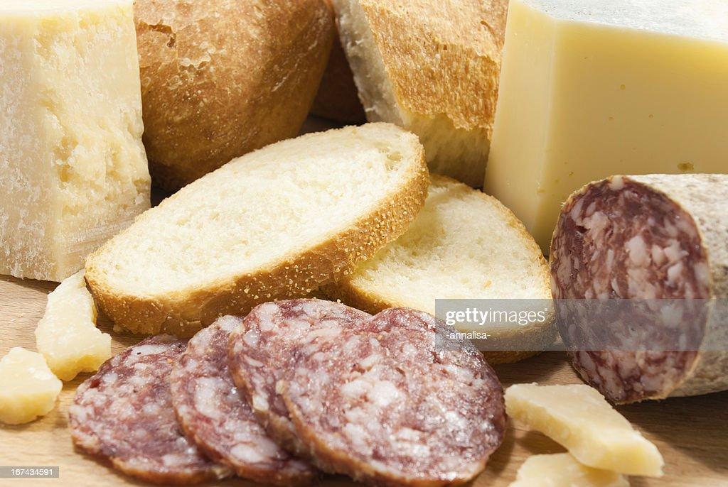 Tábua de cozinha com pão, queijo e Salame : Foto de stock