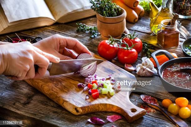 de verse groenten snijden op rustieke houten keukentafel - hartig voedsel stockfoto's en -beelden