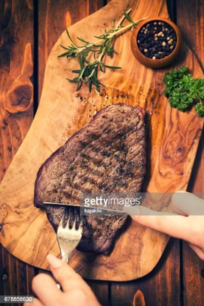 Snijdende gegrilde biefstuk