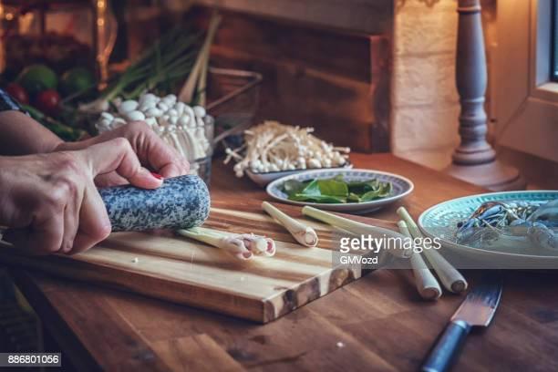 Schneiden von Zitronengras für Tom Yum Goong Nam Kon Thai-Suppe