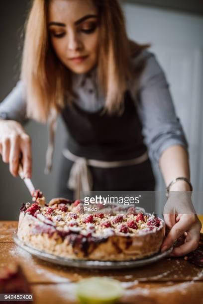 Schneiden süße Beere Torte