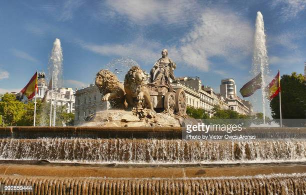 cybele greek goddess on a chariot pulled by lions. cibeles roundabout in madrid, spain - victor ovies fotografías e imágenes de stock