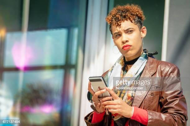 Cyber intimidado cadera mujer milenaria busca preocupada después de leer el mensaje de texto