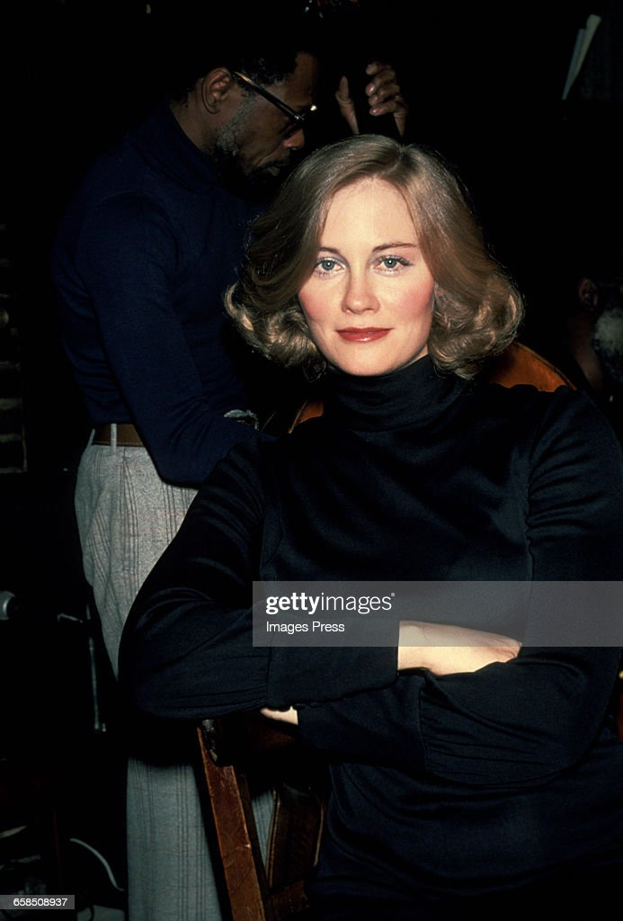 Cybill Shepherd sings cabaret... : News Photo