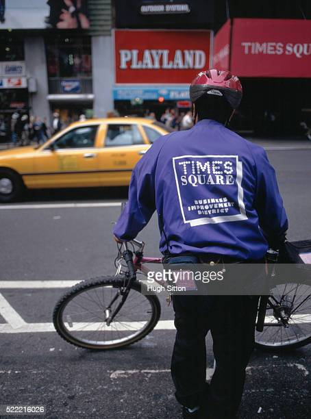cycle courier in busy street, times square, new york, usa - hugh sitton stock pictures, royalty-free photos & images