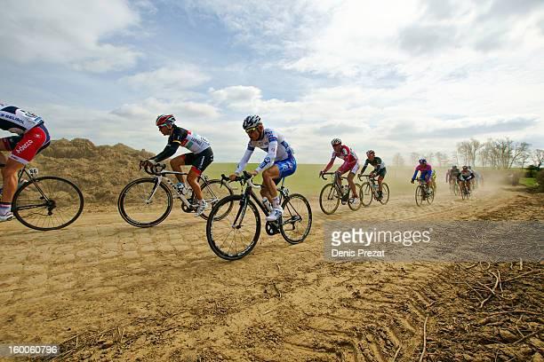 Cycle Race - Paris Roubaix 2012 - Steve Chainel et un petit peloton sur le secteur pavé de Viesly. Cobbles in Hell of North