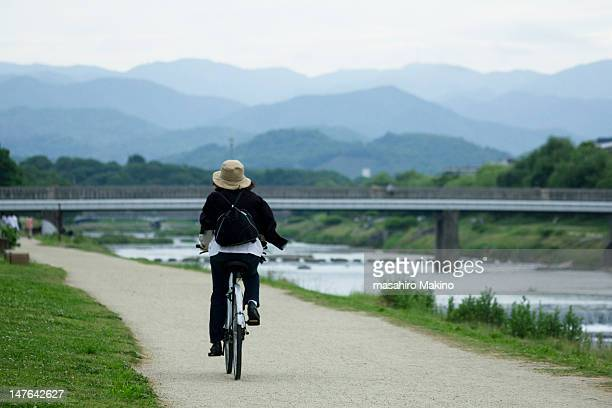 cycle ride along kamo river - fluss kamo stock-fotos und bilder