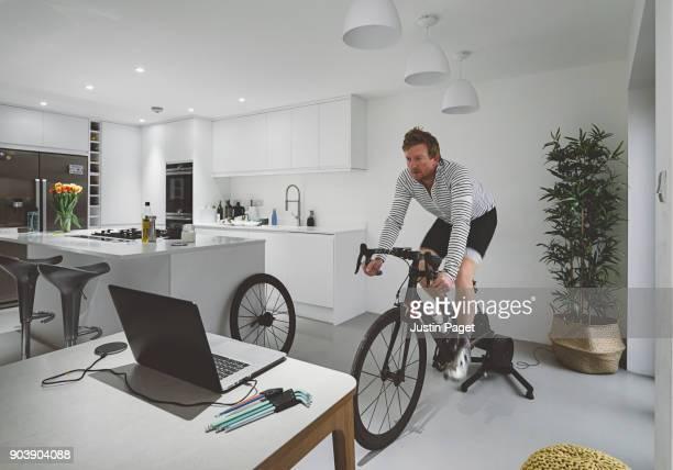 cycle training indoors - s'entraîner photos et images de collection