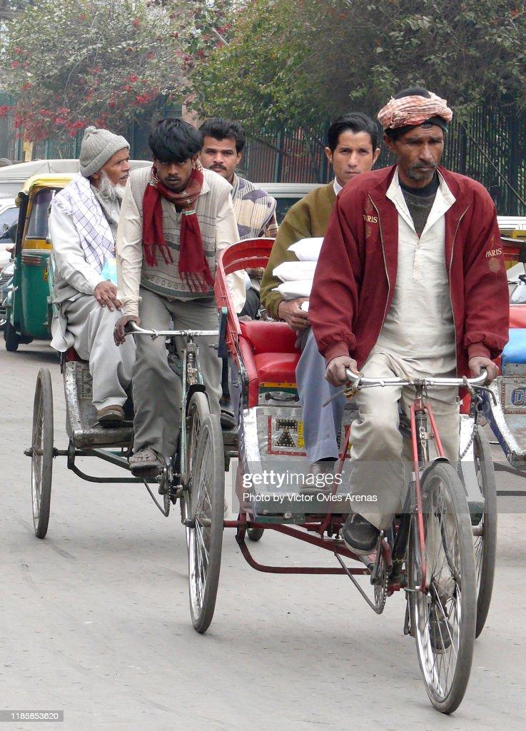 Cycle-rickshaws at Jama Masjid Gate in Delhi, India : Foto de stock