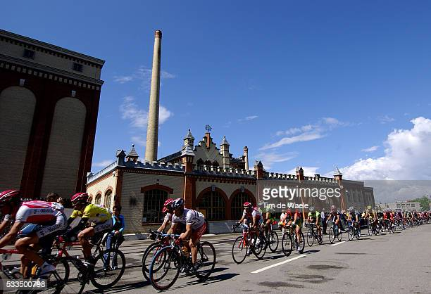 Cycling 2004 Tour of Switzerland The pack in front of a Swiss factory