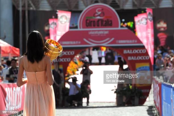 96Th Tour Of Italy 2013 Team Presentationillustration Illustratie Miss Hostess Model Sexy Trophee Trofee Cup Piazza Del Plebiscito Presentation Ploeg...