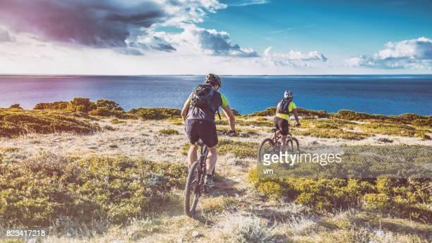 ciclismo a lo largo de la costa - croacia fotografías e imágenes de stock