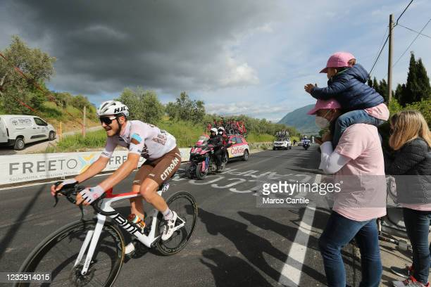 Cycling fan, with a mask to protect himself from Covid-19, with his daughter applauds the passage of the cyclist Alexis Gougeard, of the AG2R Citroen...