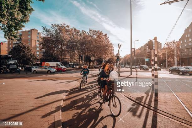 fietsen in rotterdam, nederland - rotterdam stockfoto's en -beelden