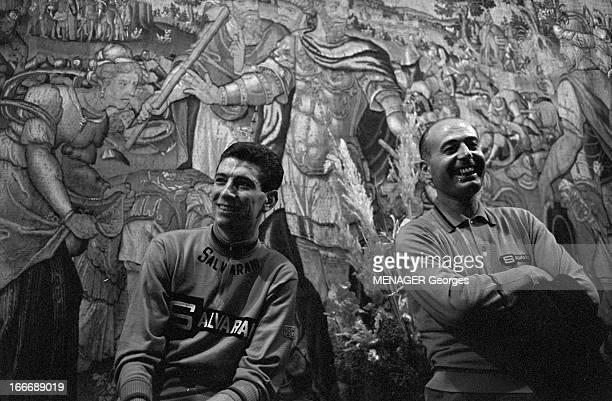 The Salvarani Team Of Felice Gimondi Liège 29 avril 1966 Dans le salon d'un hôtel le coureur cycliste Felice GIMONDI à gauche à l'occasion d'un...