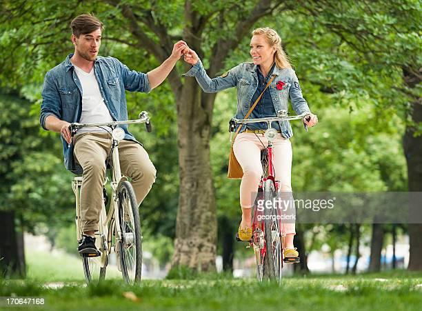 Fahrrad fahren zusammen im Park