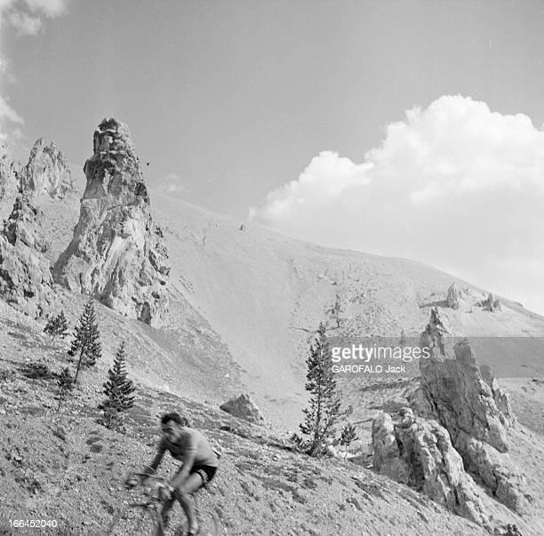 Cycling Tour De France 1954 France lors du Tour de France cycliste de juillet 1954 au col de l' Izoar Louison BOBET gagne le tour Dans un paysage de...