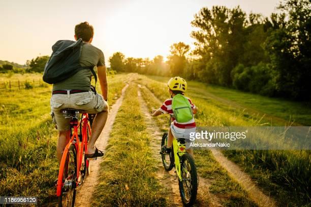 fietsen met mijn vader - actieve levenswijze stockfoto's en -beelden