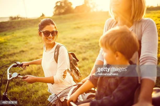 Radfahren mit meinem zwei Mütter