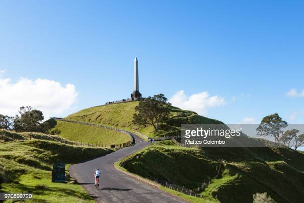 cyclist at one tree hill, auckland, new zealand - auckland - fotografias e filmes do acervo
