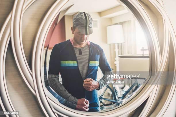 cyclist getting ready - traje deportivo fotografías e imágenes de stock